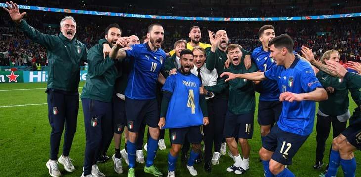 """Mancini: """"Partita durissima, la vittoria è merito dei ragazzi"""". Gli Azzurri in coro: """"Dedicata a Spinazzola"""""""